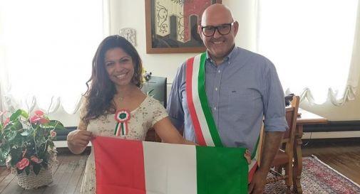 il sindaco di Meduna Arnaldo Pitton con la neo-cittadina italiana Mendes De Alme Ida Rigon