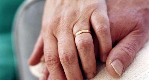 Muore davanti al marito disabile, lui non riesce a chiamare i soccorsi e veglia sul cadavere tutta la notte