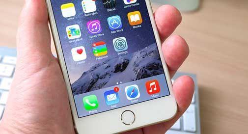 Gli ruba l'identità per comprarsi l'iPhone da 1.500 euro