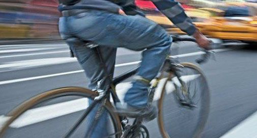 Entra in autostrada in bicicletta. Ubriaco fermato durante la sosta in Autogrill