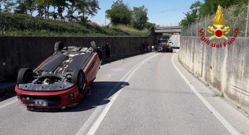 Schianto tra tre auto, una si capovolge: tre feriti soccorsi dal 118