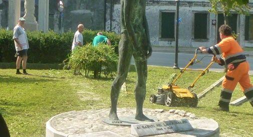 """Monumento invaso dalle erbacce """"salvato"""" dagli alpini"""