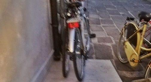 """Disabile """"ostaggio"""" della maleducazione: deve chiedere aiuto perché la rampa è bloccata dalle bici"""