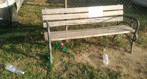Lascia un biglietto per chi ha abbandonato i rifiuti al parco, loro vanno a ripulire