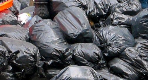 Abbandonano rifiuti, multa da 600 euro