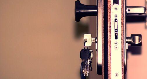 colla sulla serratura