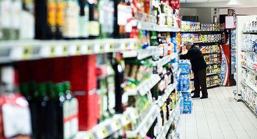 Si becca una scoreggia in faccia, fa causa al supermercato