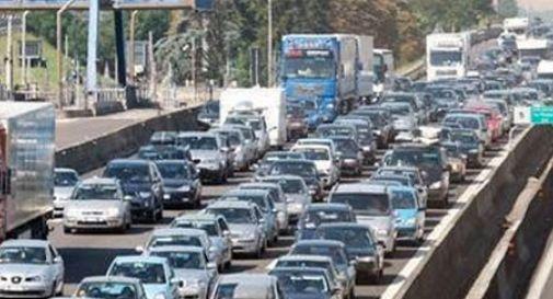 Maxi schiano tra sette auto: tangenziale bloccata