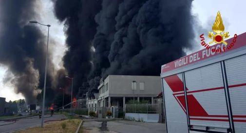 A fuoco azienda di vernici in Veneto, fumo nero per km. Chiuso casello A4