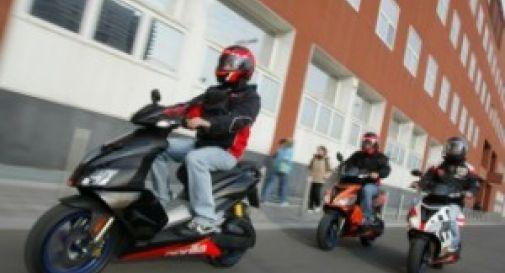 Entra nella scuola in sella allo scooter