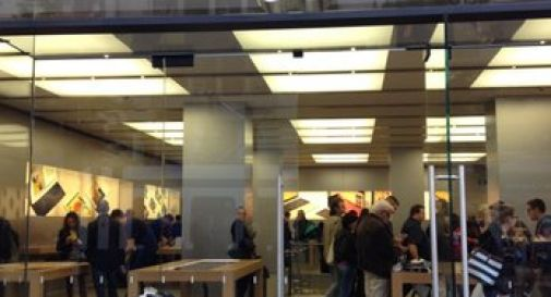 Esplode batteria iPhone, evacuato negozio Apple. 7 feriti
