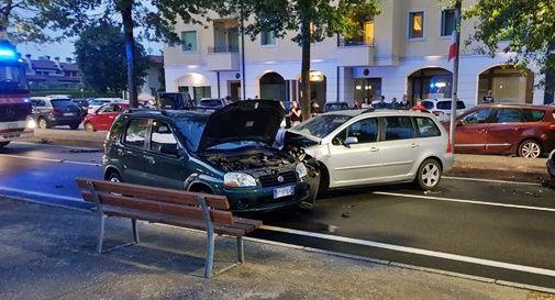 Forte schianto tra tre auto in pieno centro a San Vendemiano, due feriti in ospedale