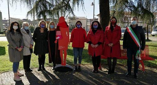 sagoma rossa contro la violenza sulle donne