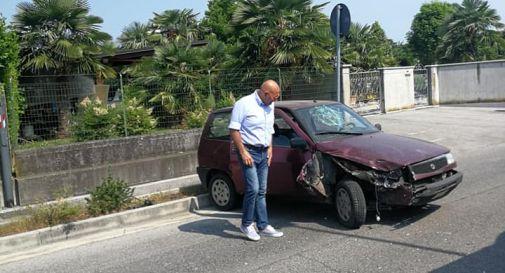 Il sindaco Pitton di fronte all'auto dell'incidente