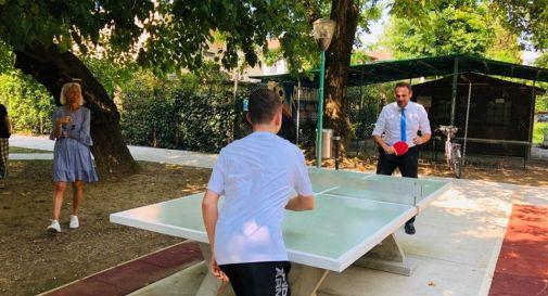 Leonardo, il fenomeno del ping pong che a 14 anni scrive al sindaco. Il comune rimette a nuovo il tavolo, e lui batte anche Conte