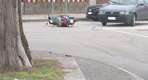 Si schianta con lo scooter contro l'auto, giovane finisce in ospedale