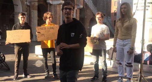 Studenti in centro a Treviso per il clima: ragazza finge di impiccarsi sopra un cubo di ghiaccio