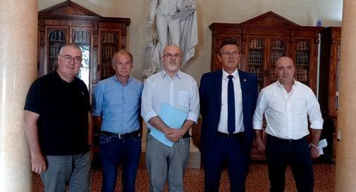 Da sinistra: Sebastiano Sartoretto, Nazzareno Bolzon, padre Giampaolo Sartoretto, sindaco Stefano Marcon