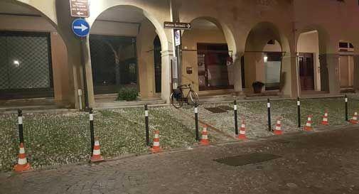 Stop ai parcheggi selvaggi in via XX Settembre a Conegliano, sono arrivati i paletti
