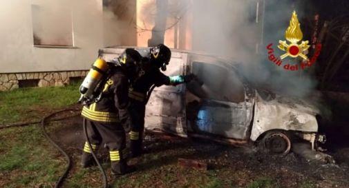 A fuoco un'auto e un furgoncino: è giallo