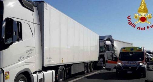 Furgone contro camion, mattinata di passione in autostrada