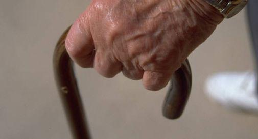 Anziano in ospizio cade, rompe lavandino e allaga struttura