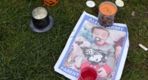 Medici staccano la spina al bimbo malato contro il volere dei genitori, Alfie incredibilmente respira da solo