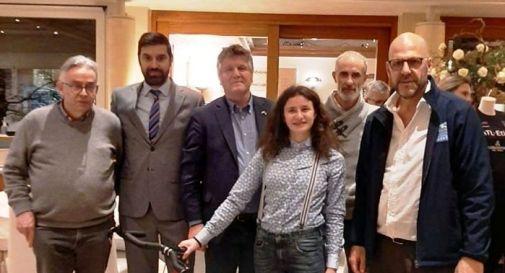 Andrea De Lazzari (secondo da sinistra) con Endora Marcato e i dirigenti dell'Aics