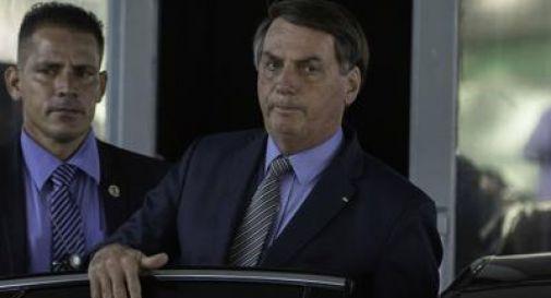 Coronavirus, Bolsonaro contestato mentre compra ciambelle