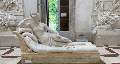 Turista danneggia la statua del Canova per un selfie: