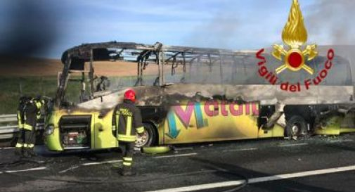 Bus di studenti in gita prende fuoco in autostrada