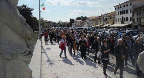 A Castelfranco i cittadini scendono in piazza contro i tagli all'ospedale