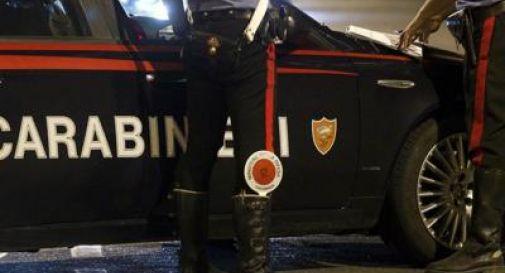 Scappa all'alt dei carabinieri ma si schianta contro l'auto della polizia