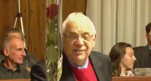 Consigliere gentiluomo: Carnelos regala rose rosse alle colleghe