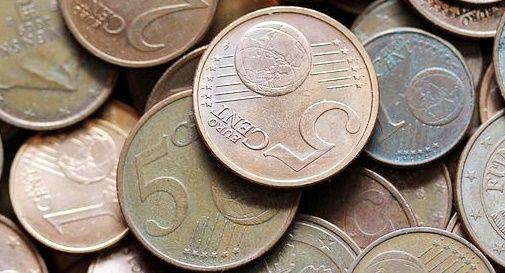 Si licenzia e il datore di lavoro paga l'ultimo stipendio in monete da 5 centesimi