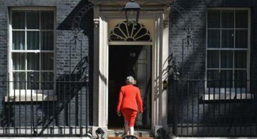 May si dimette, ma per lasciare Downing Street c'è tempo