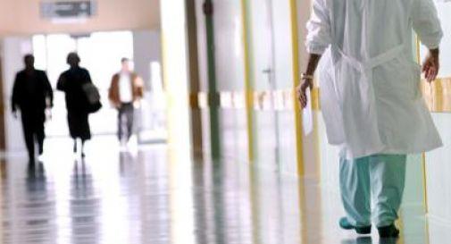 17enne va in ospedale per mal d'orecchio, poi torna a casa a muore sotto la doccia