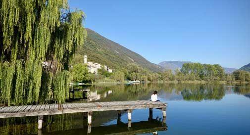 Troppe persone che passeggiano, chiusi aree verdi e percorsi attorno ai laghi a Revine e Tarzo