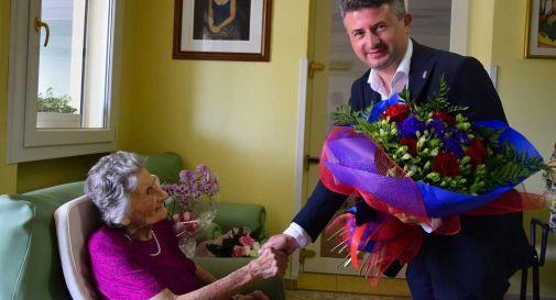 7 nipoti e 14 pronipoti, grande festa per i 100 anni di Angela