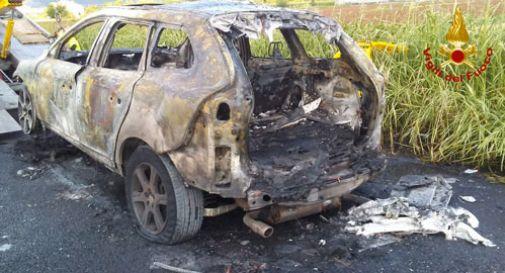 Sta percorrendo l'A4, quando la Volvo va a fuoco. Paura in autostrada
