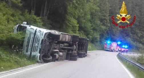 Camion carico legname si ribalta in strada per evitare un cervo