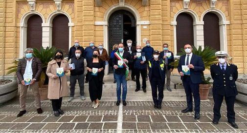 I 16 coordinatori del Controllo di Vicinato con il sindaco Davide Bortolato, l'assessore alla sicurezza Marco Donadel e il comandante della Polizia Locale Stefano Forte