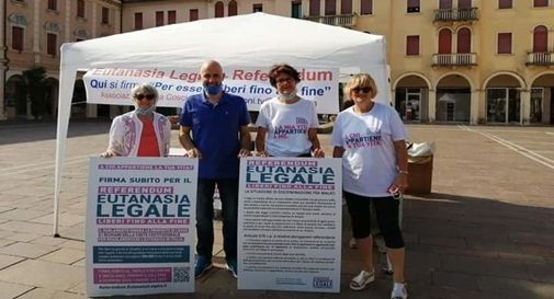Il gazebo per la raccolta firme per il referendum per l'eutanasia legale in piazza Caduti a Mogliano
