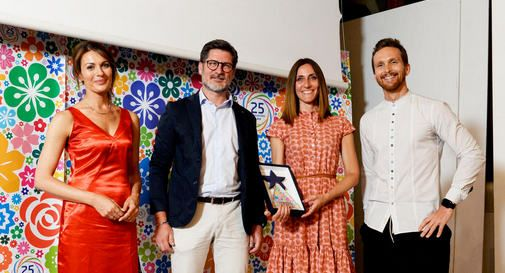 Al centro, Federico Frasson, managing director di Fkdesign e subito a destra Moira Foscarini, Web Developer del sito vincitore.