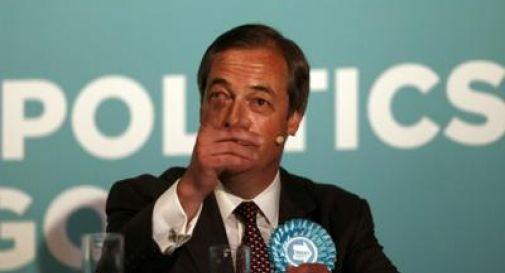 Farage colpito da un milkshake