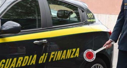 Beccato dalla Finanza getta 3mila euro dal finestrino