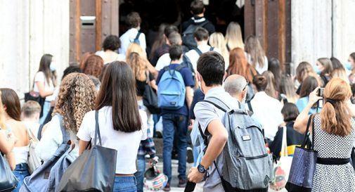 Studenti all'ingresso della scuola