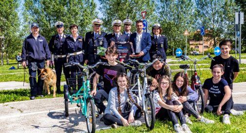 Nella foto: Gianni Paganin con la maglia del team Prosecco & Friends, insieme all'assessore D'Este (alla sua sinistra), al comandante della Polizia Locale di Venezia, Agostini (alla sua destra), e ad alcuni colleghi, poco prima della partenza per gli Stati Uniti