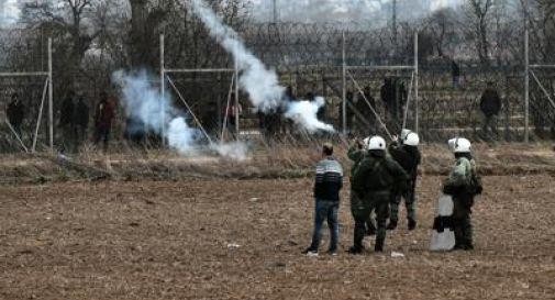 Grecia, polizia lancia lacrimogeni contro i migranti