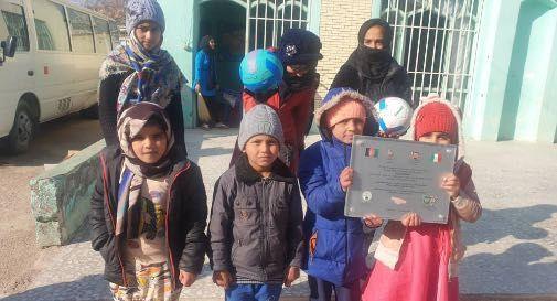 Herat i bambini dell'orfanotrofio con la targa spedita dai bambini di Sarmede